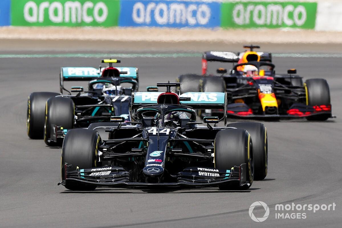 Hamilton overleeft late lekke band en wint Britse Grand Prix