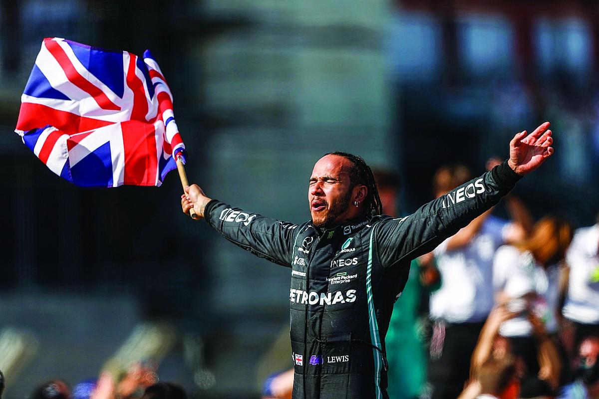 Mercedes vierde zege uitbundig omdat Verstappen ongedeerd was